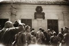 Király püspök utca 10., Jókai Mór szülőháza. A felvétel a Felvidék visszacsatolása után, a Budai Ciszterci Szent Imre Gimnázium cserkészcsapatának kirándulásán készült.