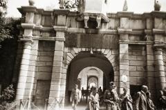 várkapu. A felvétel a Felvidék visszacsatolása után, a Budai Ciszterci Szent Imre Gimnázium cserkészcsapatának kirándulásán készült.